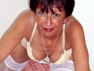 Reife Schweizer Lady live im Camsex Chat! Geile Sexcam Show mit HotLauren!